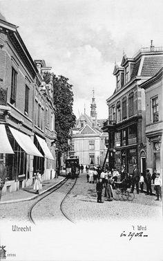 Het Wed in 1902  Dit stukje tramrails maakte deel uit van lijn B, ook wel de Oudegrachtlijn genoemd, en was sinds 1892 in gebruik. De lijn vormde een noord-zuidverbinding en liep vanaf het Lauwerecht via een groot deel van de Oudegracht tot het Ledig Erf.  Bij het Wed was oorspronkelijk een overkluisde toegang tot het water van de Oudegracht, zoals tegenwoordig nog nabij de Ganzenmarkt te vinden is.