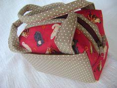 Lunch Bag ou Lancheira térmica feita tecido 100% algodão e forrada com tecido térmico. Fechamento com zíper.    Mede aproximadamente 17cm de largura, 9cm de altura e 12cm de profundidade. R$ 35,00