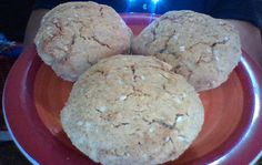 Bread balls of coconut flour (75%) and oat flour (25%) with sesame seeds.
