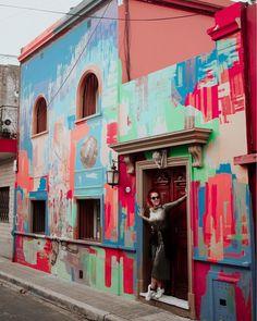 La Casa de Colores del artista Dario Coronda 🌈 su obra la trabaja desde la mancha como acto espontáneo (se sienten esos manchones por todos… Palermo, Travel Photos, Chile, Portrait Photography, Freedom, Photographs, Wanderlust, Walls, Culture