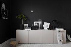 Черно-белый интерьер небольшой шведской квартиры (49 кв. м)