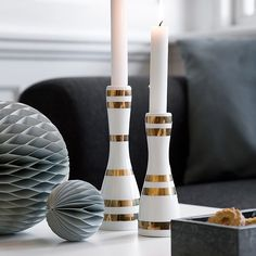 The slim Omaggio gold candle holders light up in a wonderfully decorative manner and sparkles against the star-studded sky on dark winter evenings.