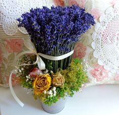 Levandulový romantický kbelíček Plechový kbelíček s levandulovým dekorem jsem naplnila levandulkou,svázanou taftovou smetanovou stužkou.Přizdobeno šlechtěným kontryhelem a sušenými růžičkami.Voňavá celoroční dekorace,vhodná i jako netradiční dárek. K této dekoraci barevně ladí romantický levandulový věnec nebo snůpek..viz fota.