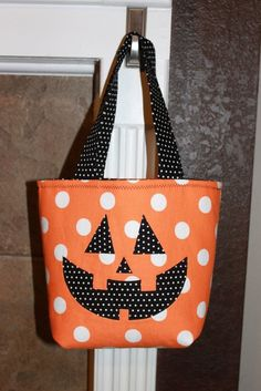 Pumpkin face Halloween trick or treat tote bag in orange spotty fabric! Sac Halloween, Halloween Taschen, Halloween Sewing Projects, Adornos Halloween, Halloween Quilts, Halloween Crochet, Halloween Trick Or Treat, Holidays Halloween, Halloween Pumpkins