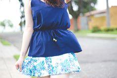 Look romântico para o ano novo com saia floral e blusa azul
