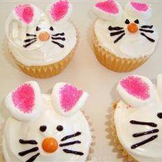 Cupcake coelho da Páscoa @ allrecipes.com.br - Cupcakes com gostinho de limão decorados como coelhinhos da Páscoa. As crianças vão adorar! Experimente!