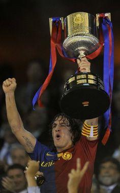 Puyol levanta el trofeo de la Copa del Rey