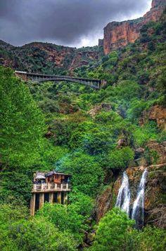 - Le pont El Ourit de Tlemcen (Algérie) Ce pont métallique a été construit au XIXe siècle dans ce canyon impressionnant par Gustave Eiffel . Perché à 1.208 m d'altitude, il permet aux trains de la ville de Sidi Bel abbès de rejoindre Tlemcen.