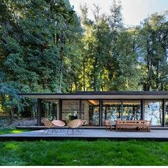Casa en Lago Villarrica is a residential project completed by planmaestro. The home is located in Villarrica, Chile. Casa en Lago Villarrica by planmaestro Casas Containers, Container House Design, Prefab Homes, Tiny Homes, Modern House Design, Modern Glass House, Modern Architecture, Floating Architecture, Exterior Design