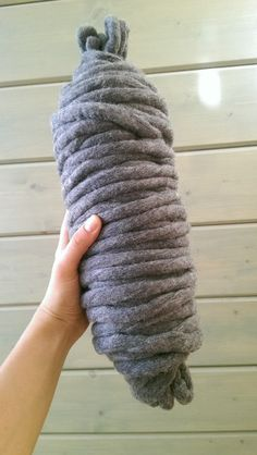 Нам понадобится: -шерсть для валяния в гребеной ленте ( у меня моток 1 кг) -игла для валяния -вода -мыльное средство ( у меня порошок, можно мыло,шампунь, ср-во для мытья посуды, короче, что найдете мыльное) Времени несколько часов и время чтобы все это высохло. Итак начнем. Вот перед нами собственно шерсть, как вы видите лента достаточно тостая и широкая, нам надо поменьше (я делаю такую чтобы в…