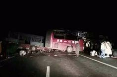 В Китае грузовик протаранил пассажирский автобус: восемь человек погибли на месте