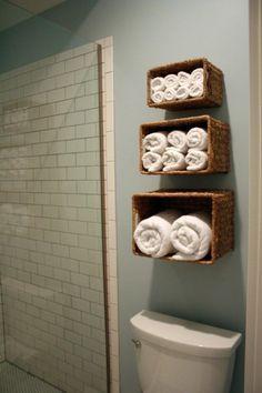 Caixas de palha se transformaram em nichos para o banheiro.