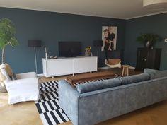 Histor yippee muur en velvet blauwe bank Blue Bedroom, Living Room Designs, New Homes, Couch, Interior, Modern, Furniture, Home Decor, Ideas
