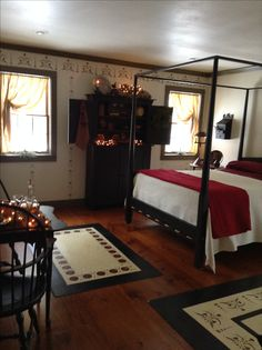 Primitive Country Bedrooms, Primitive Homes, Country Primitive, Primitive Decor, Farmhouse Bedrooms, Primitive Antiques, Primitive Christmas, Colonial Bedroom, Country Bedding
