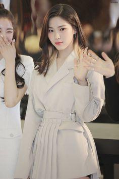 dedicated to female kpop idols. Kpop Girl Groups, Korean Girl Groups, Kpop Girls, Foto Casual, My Hairstyle, Girl Crushes, New Girl, Girls Generation, South Korean Girls