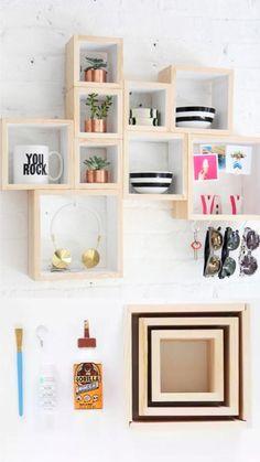 Pequeña estantería con cajas de madera