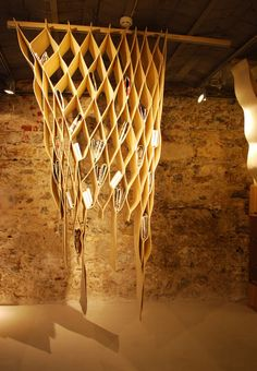 """Multifunktionaler Raumteiler """"Bookwave"""" ist Raumteiler, Vorhang und Bücherregal in Einem. Die Wabenkonstruktion besteht aus weichen Textilfasern, hängt an einer Stahlschiene und kann nach Belieben mit Büchern oder Zeitschriften bestückt werden. Maße: 60 x 30 x 210 cm.  Raumteiler """"Bookwave"""", ca. 800 Euro: ilio.eu"""