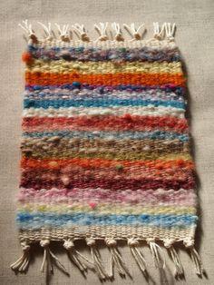 今まで紡いできた糸でコースターを作りました。草木染めや酸性染料で染めた糸や染色しないナチュラルカラーの糸で織りました。*サイズ:縦 約13cm(房を含まない)...|ハンドメイド、手作り、手仕事品の通販・販売・購入ならCreema。