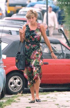 Princess Diana in a dark green and pink floral maxi length dress with a black belt, black loafers. Princess Diana Fashion, Princess Diana Pictures, Princess Diana Family, Real Princess, Princess Of Wales, Lady Diana Spencer, Royal Fashion, Look Fashion, Princesa Real
