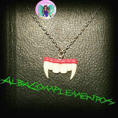Colgante colmillos de vampiro. Brillan en la oscuridad. #hechoamano en #AlbaComplementos #colmillos #colgante #dracula #vampire #halloween #vampiro #teeth #accesories #complementos #bisutería #accesorios #complementos #complementsdesign #brigthinthedarkness #brillaenlaoscuridad