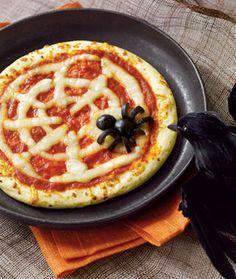 Prepara comida original para tus fiestas de Halloween y que mejor que hacer una pizza de telaraña y con adornos de araña.