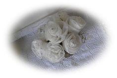 roosjes maken van servetten en in kaarsvet dompelen, beetje zilverglitter erop of flink creatief zijn met kleuren servetten. Werkbeschrijving op: http://aggiesfrutsels.blogspot.de/2011/11/papieren-rozen-in-kaarsvet.html