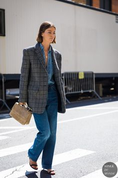 Update your office-wear outfit rotation with these stylish blazer and jean outfits Blazer Jeans, Outfit Jeans, Blazer Outfits, Jean Outfits, Plaid Blazer, Denim Pants, Street Style Trends, Look Street Style, Trendy Swimwear