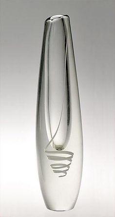 Serpentiini Gunnel Nyman Nuutajärvi Designed in 1947 Bottle Design, Glass Design, Design Art, Vase Centerpieces, Vases Decor, Clear Glass, Glass Art, Glass Photography, Black Vase