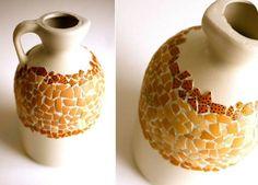 JARRON-MOSAICO.   Sencillo pero genial trabajo de reciclado de garrafa de plastico y cascaras de huevo.   http://www.michelemademe.com/2012/02/plastic-jug-to-mosaic-vase.html