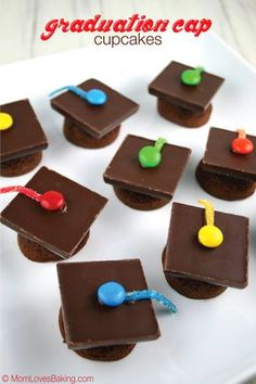 Cap Cupcakes Graduation Cap Cupcakes are actually little brownies turned upside down. Then topped with a chocolate bar and candy.Graduation Cap Cupcakes are actually little brownies turned upside down. Then topped with a chocolate bar and candy. Graduation Desserts, Graduation Party Foods, College Graduation Parties, Graduation Cupcakes, Preschool Graduation, Graduation Decorations, Grad Parties, Graduation Gifts, Nursing Graduation