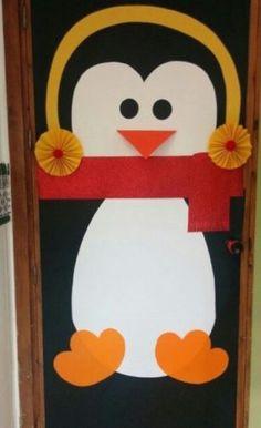 Porta de entrada decorada para o natal com um pinguim. http://conexaodecor.com/2017/11/decoracao-natal-portas-decoradas-para-inspirar/