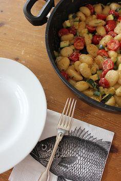 Gemüse-Gnocchi 1 große oder 2 kleine Zucchini in kleine Stücke geschnibbelt 200 g Kirschtomaten, halbiert 600 g Gnocchi aus der Kühltheke Creme Fraiche Kräuter Salz, Pfeffer Estragon (oder etwas anderes leckeres) Gnochi ca. 2 Minuten in etwas Öl in einer großen Pfanne anbraten Zucchini dazu geben und weitere 4 Minuten braten Die Tomaten dazu geben sowie 1 - 2 EL Creme Fraiche nach belieben würzen und sofort servieren.