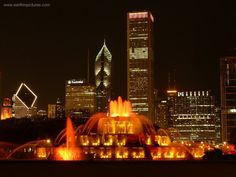 Buckingham Fountain - Downtown Chicago at night. Chicago At Night, Buckingham Fountain, Photo Booth Background, Milwaukee City, Chicago Style, Chicago Chicago, My Kind Of Town, Chicago Illinois, Evanston Chicago