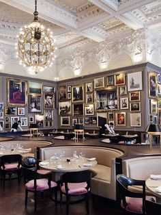 Restaurante Classico com cadeiras estofadas rosas