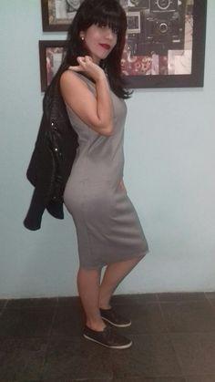 Vestido midi pied de poule + jaqueta de couro + tênis. Tô me sentindo a Coco Chanel com esse vestido. Hahaha