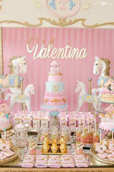 Fiesta de lujo para el primer cumpleaños de tu princesa. Elementos decorativos en dorado y rosa, recreando un verdadero carrusel que te hace sentir dando vueltas en él