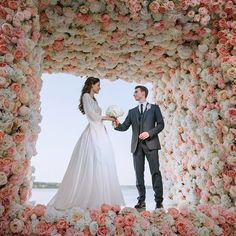 This incredible floral arch with cells filled with beautiful white pigeons looks like it comes straight out of a fairy tale 💖 Breathtaking! ❤ What do you think, yay or nay? ... . . Photo by @zaporozhets_sergey Amazing decorations by @masha_kamenskaya Wedding planners: @tobelove_wedding . . #weddingforward #weddings #bride #bridetobe #weddingday #свадьба #california #weddingphotography #groom #brideandgroom #weddingideas #weddingplanner #instawedding #instawed #weddinginspo #gettingmarried…