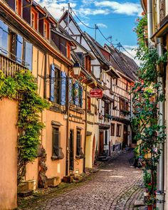 The colourful streets of Eguisheim 🏘🏘🏘 . Have a nice evening - passez une bonne soirée - Genießt den Abend 🖐🖐🖐 . C'est Bon, Cool Places To Visit, Den, Vacations, In This Moment, Live, Street, Instagram, Holidays