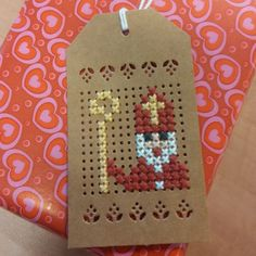 Labels om te borduren, set van 4 stuks met sint borduurpatroontje voor maar 1,95! Mini Cross Stitch, Cross Stitch Cards, Stitching On Paper, Cross Stitching, Fun Arts And Crafts, Diy And Crafts, Basic Embroidery Stitches, Diy Perler Beads, Cross Stitch Finishing