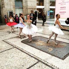 sir_dennis_griff All'improvviso #Milano #stazionecentrale #flashmobs #dance #ballet #ballerina #ballerine #danzaclassica #instagram #instagramer #latergram