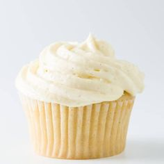 This is the BEST Basic Yellow Cake Recipe! It's perfect for a layer cake, a sheet cake or cupcakes! This easy cake recipe is homemade - you'll never need to buy a box cake mix again. Frost Cupcakes, Fun Cupcakes, Pumpkin Cupcakes, Gormet Cupcakes, Yellow Cake Cupcakes, How To Make Cupcakes, Cupcake Recipes From Scratch, Easy Cake Recipes, Baking Recipes
