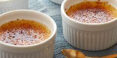 La crème brûléeè un goloso dolce al cucchiaio di origine francese nato nel lontanissimo 1691 e molto simile alla crema catalana. Il significato della parola è letteralmente crema bruciata e altro non è se non una crema a base di uova, latta, panna e vaniglia.