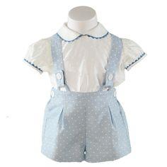 Miranda textilesin paita ja henkselihousut. Paita on valkoinen ja siinä on pieniä kohokuvioita. Housut ovat vaaleansiniset ja niissä on valkoisia pilkkuja. www.nellikki.fi