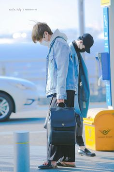 V ❤ BTS At Incheon Airport Heading To Chile (170309 lol look at Suga in the background tho! Taegi Twinning~) #BTS #방탄소년단