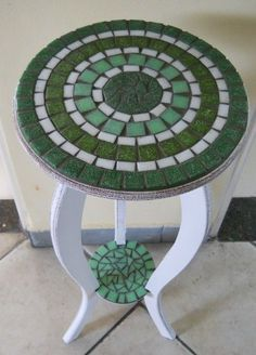 mosaic table - let the grout fill the extra space Mosaic Tile Art, Mosaic Crafts, Mosaic Projects, Mosaic Glass, Diy Projects, Stained Glass, Mosaic Designs, Mosaic Patterns, Mosaic Furniture
