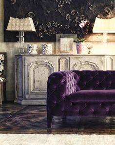 canape capitonne de couleur violet, couleur prune dans le salon chic