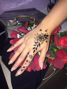 Small Henna Designs, Henna Tattoo Designs Simple, Mehndi Designs For Fingers, Mehndi Art Designs, Beautiful Henna Designs, Henna Finger Tattoo, Finger Tattoo For Women, Tattoo Henna, Finger Tattoos