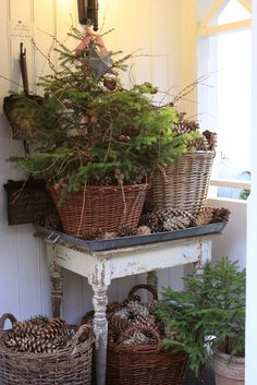 Rustic Christmas decorations are one such comfortable feel decoration that reminds us about the festive that is soon approaching and also promotes the warmth of the rooms. Here are some ideas promoting the rustic feel in the festive and holiday season. Christmas Porch, Primitive Christmas, Country Christmas, Simple Christmas, All Things Christmas, Winter Christmas, Vintage Christmas, Christmas Decorations, Christmas Baskets
