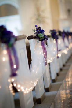 Utiliza la iluminación para acentuar los detalles y adornos cálidos como listones y arreglos florales.