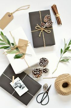 Simple, natural and stunning gift wrapping idea. See the other 49 of our favourite Christmas gift wrapping ideas by clicking the image above ^ Easy Diy Christmas Gifts, Noel Christmas, Christmas Gift Wrapping, Christmas Presents, Christmas Crafts, Christmas Decorations, Christmas Flatlay, Modern Christmas, Holiday Decorating